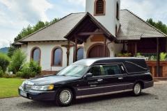 Lincoln Twon Car vor Friedenskapelle Annweiler