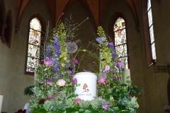 Blumengesteck an der Urne